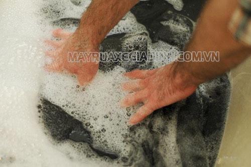 Người dùng chú ý không nên vò chà mạnh khi giặt thảm len, tránh thảm bị hỏng
