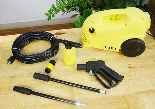 Sử dụng máy rửa xe V-Jet VJ 100 để xịt rửa ô tô, xe máy, sân vườn,...với sự hỗ trợ của phụ kiện