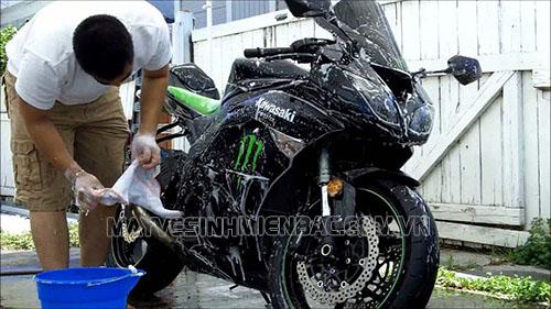 Sử dụng đúng loại hóa chất rửa xe máy giúp xe luôn bền đẹp cùng thời gian