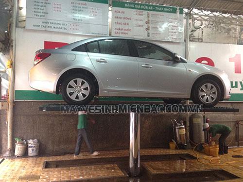 Cầu nâng một trụ giúp quá trình rửa xe diễn ra suôn sẻ và nhanh chóng