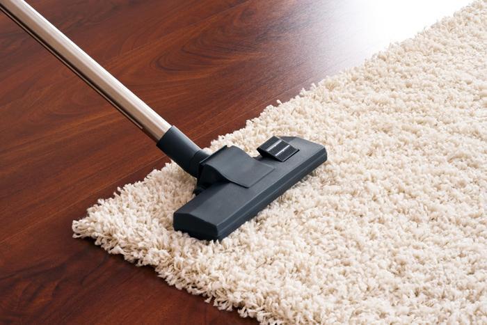Hút bụi khô là phương pháp làm sạch thảm được nhiều người áp dụng