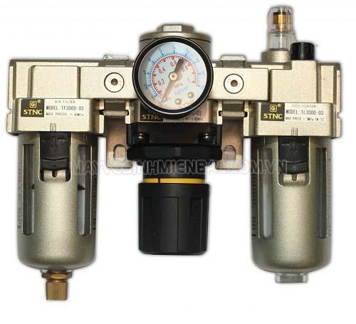 Ở máy nén khí có bộ lọc khí nén gắn điều áp có tách nước và châm dầu bôi trơn
