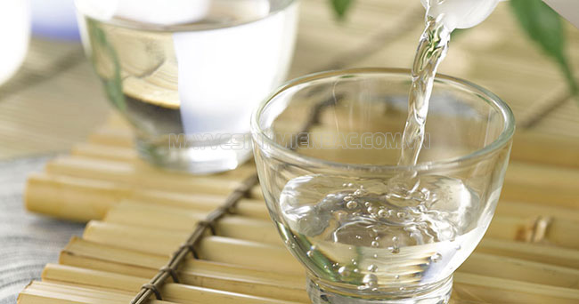 Dùng giấm ăn để tẩy sạch vết nước chè bám trên sàn nhà
