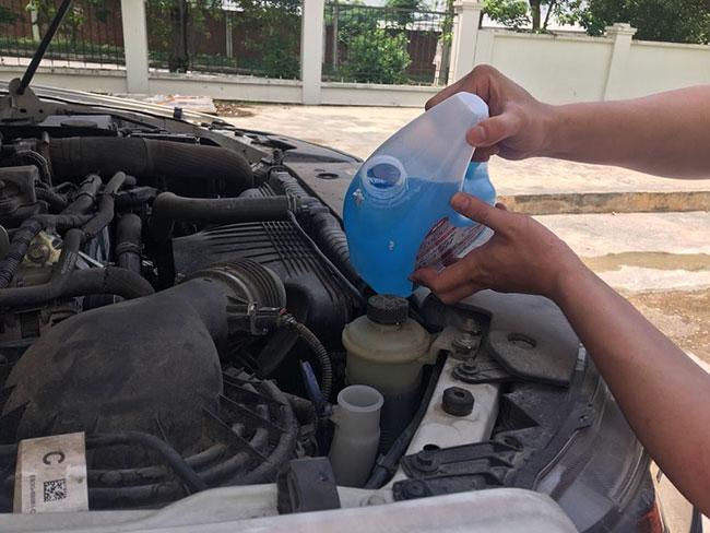 Cách đổ nước rửa kính ô tô đơn giản