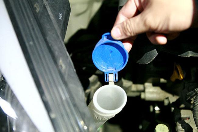 cách đổ nước rửa kính ô tô