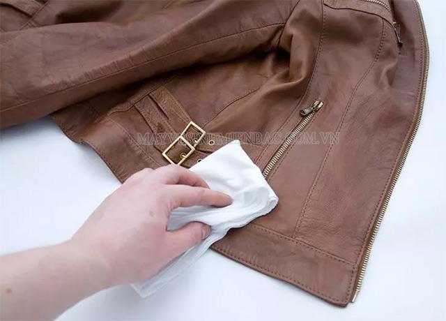 Cách làm áo da hết mốc