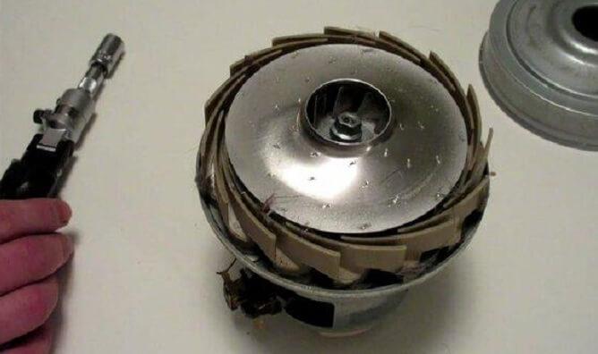 Thay động cơ mới nếu motor cũ bị chập cháy để máy hút bụi có thể làm việc bình thường