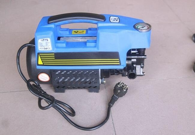 Máy rửa xe mini rất thích hợp cho các gia đình xịt rửa xe máy, sân vườn...
