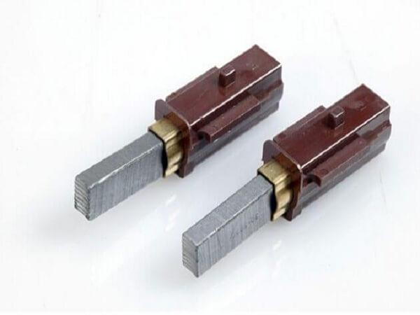 Thay chổi than mới cho máy hút bụi đa năng nếu chổi than cũ bị mòn