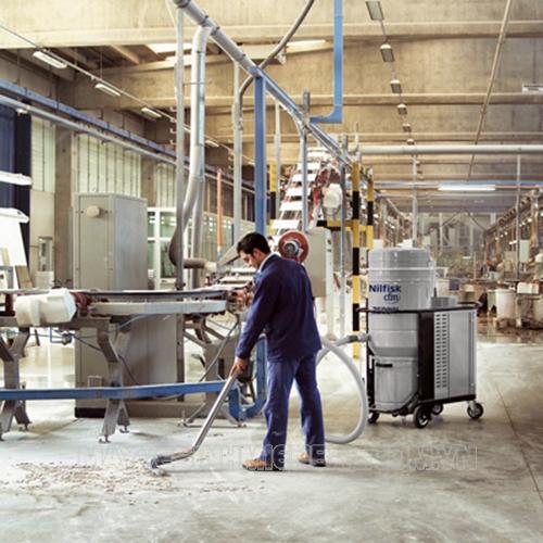 Sử dụng máy hút bụi trong việc vệ sinh công nghiệp sẽ hạn chế được bụi bẩn