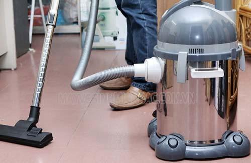 Sử dụng máy hút bụi công nghiệp để làm sạch bụi bẩn