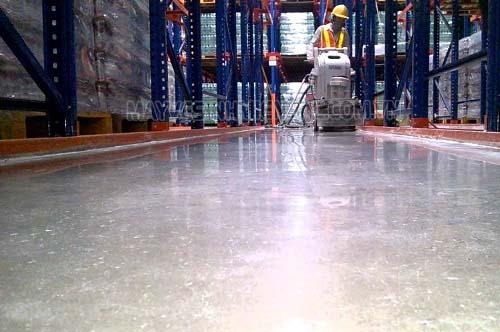 Khoanh vùng nơi vệ sinh để việc đánh bóng sàn dễ dàng hơn