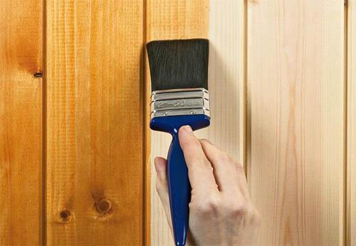 Sử dụng vecni để tạo bóng cho sàn gỗ