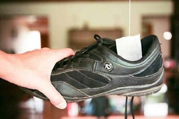 Túi trà hoặc bột cafe cũng giúp giày thơm tho vào sáng hôm sau