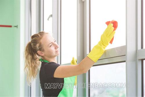 Bật mí 5 cách lau kính siêu sạch của chuyên gia vệ sinh