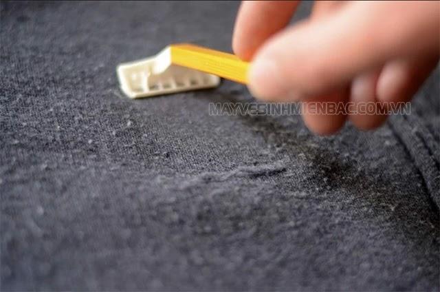 sử dụng dao cạo giúp quần áo hết dính lông
