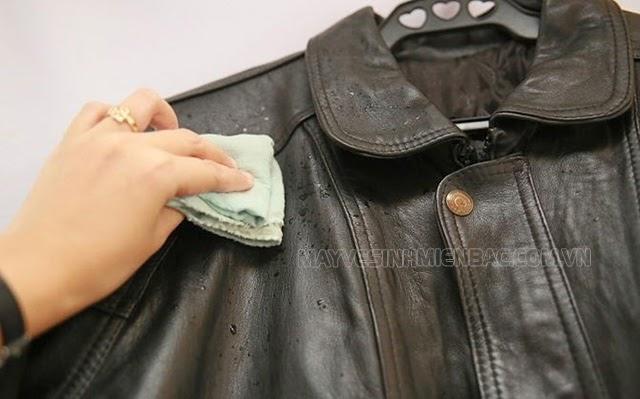 tẩy mốc áo da bằng nước chanh
