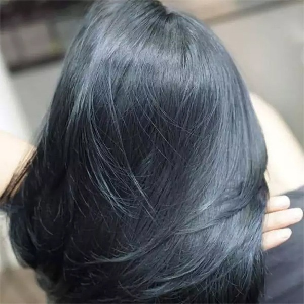 nhuộm tóc màu xanh đen có phải tẩy tóc
